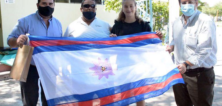 El Intendente Nicolás Olivera se reunió con la atleta sanducera Manuela Rotundo, a quien entregó una Bandera de Paysandú