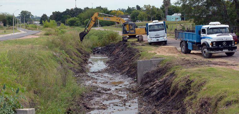 Para evitar anegamientos, comenzó operativo de limpieza de desagües y zona cercana al Arroyo La Curtiembre