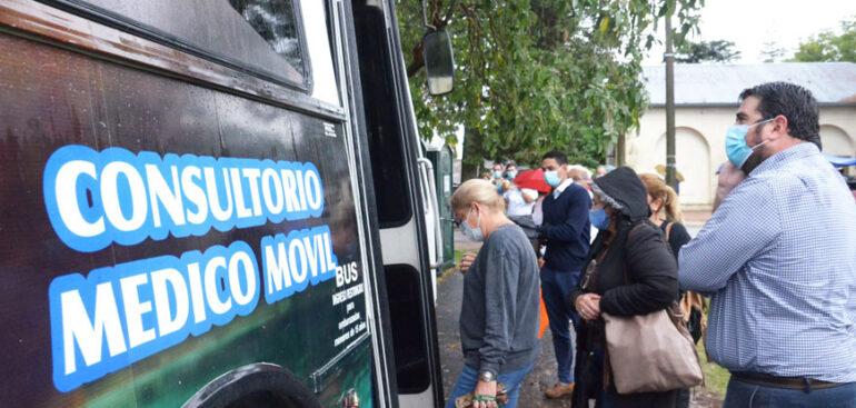 Nicolás Olivera visitó vacunatorios del HEL y estimó que el próximo lunes se estarán administrando 2.400 dosis diarias